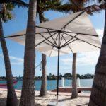 Riviera überzeugt durch seine klassisch schlichte Konstruktion die ihn besonders leicht und flexibel einsetzbar macht. Per Comfortseilzug mit Edelstahlrollenblöcken öffnet den Schirm sein Dach im Handumdrehen.